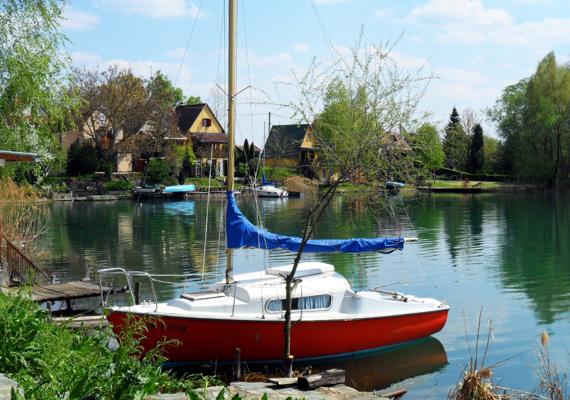 A Somogy megyei Gyékényesi-tó ideális választás azoknak, akik nem szeretik a balatoni tömeget, a tó mellett fekvő Gyékényes településen viszont minden adott, amire csak turistaként vágyhatsz.