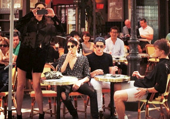 A képen a felirat szerint éppen fotó készül azokról az emberekről, akik nem ülhetnek velük.