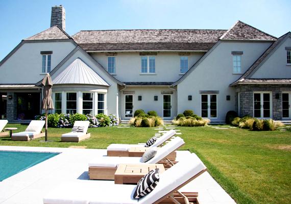 Hamptonsban egymást váltják a híres és gazdag emberek, aki számít, annak van itt saját otthona, vagy legalábbis egy olyan barátja, akihez bármikor eljöhet pihenni. Egyfajta rózsadombszerű nyaralóövezet ez, Scarlett Johanssonnak és Renée Zellwegernek is van itt háza, hogy csak néhányat említsünk.