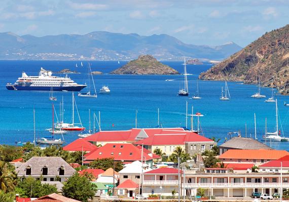 St. Barts az egyik legnépszerűbb karibi sziget, melyet kizárólag jachton vagy magánrepülőn lehet megközelíteni. A hely jelentős része az orosz milliárdos, Roman Abramovics kezében van, aki minden évben hírességek tucatjait hívja meg már hagyománnyá vált szilveszteri bulijára.