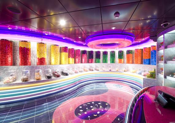 Az MSC Fantasia luxushajó egyik legkedveltebb közösségi helyszíne a cukorkabolt. Olyan ez, mintha a Charlie és a csokigyárból cseppent volna a valóságba.