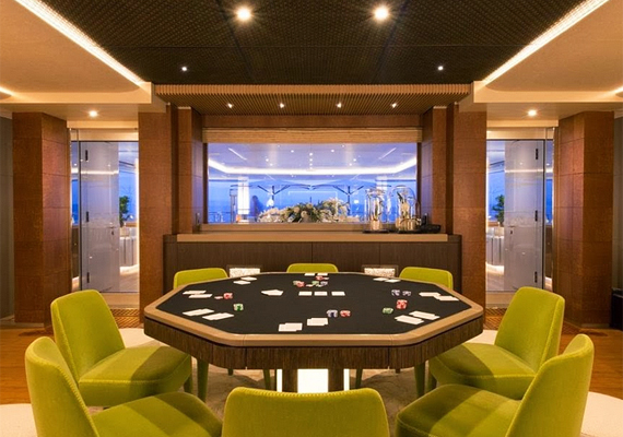 A Nirvana névre hallgató privát luxusjachton a szokásos helyiségek mellett külön pókerszoba is található.