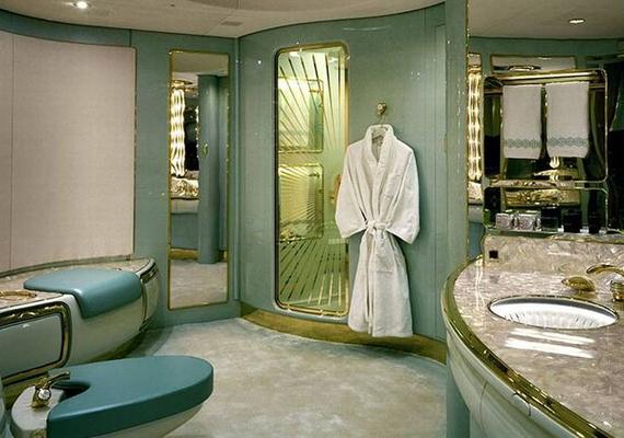 Al-Waleed bin Talal herceg privát Boeing 74-es gépét csodás magánlakosztállyal szerelték fel - így fest például a fürdőszoba. A gépet egyébként már Donald Trump és Jackie Chan is kibérelte a hercegtől.