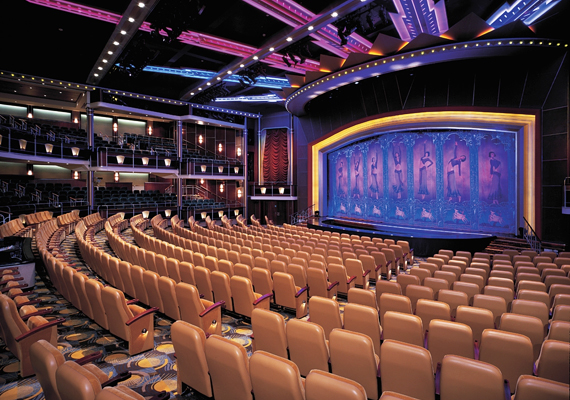 A Royal Caribbean Navigator Of The Seas nevű luxushajón a szórakoztatást nem bízták a véletlenre: az óceánjárón több száz embert befogadó színházterem is található, melyet a legmodernebb technikával láttak el.
