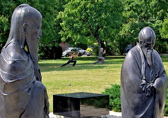 A Filozófiai kert Wagner Nándor alkotása, melynek létrehozása egymás jobb megértését tűzte ki célul, a szoborcsoport bölcs, békés alakjai ugyanis egy-egy világvallást jelenítenek meg.