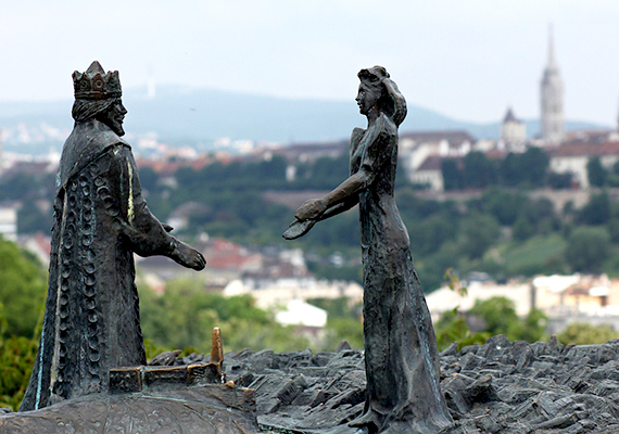 A képen a Kilátókő-szobor látható: Buda királyfi és Pest királykisasszony nyújtja egymás felé a kezét a hasadék fölött, mely a Dunán jeleníti meg.
