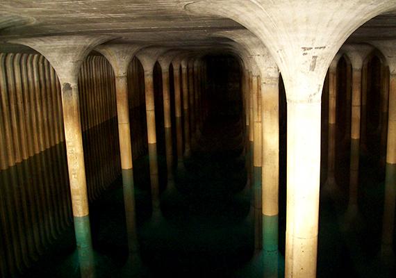 Az 1904-ben épült Gellérthegyi víztározó Budapest legnagyobb víztározó medencéje, mely a Sánc utca, az Orom utca és a Hegyalja út által határolt terület alatt fekszik. Bizonyos alkalmakkor látogatható is, erről a Fővárosi Vízművek honlapján tájékozódhatsz.
