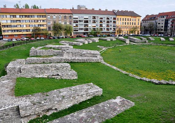 Ha meglátogatod a katonavárosi amfiteátrumot, egészen az ókorig utazhatsz. A láda koordinátái: szélesség N 47° 31,994'; hosszúság E 19° 2,307'.