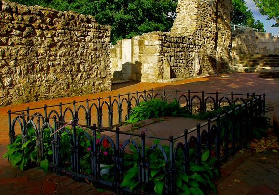 A domonkos kolostor egykor a Nyulak szigetének legfontosabb intézménye volt. A ládát Szent Margit sírjánál rejtették el. A koordináták: szélesség N 47° 31,749'; hosszúság E 19° 3,112'.