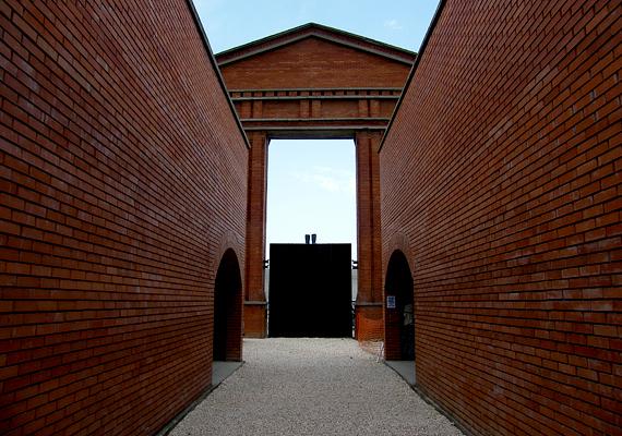 Még több történelmi csemegéért a Szoborparkot vagy Memento Parkot látogasd meg, ahol a szocializmus átvitt és konkrét értelemben is ledöntött alkotásait állították ki. A láda koordinátái: szélesség N 47° 25,559'; hosszúság E 18° 59,886'.