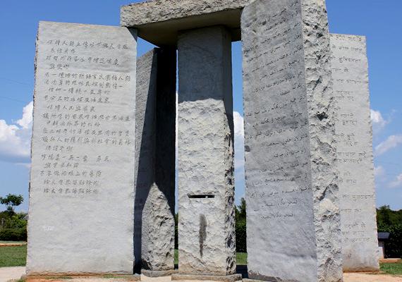 A kövek feliratai máig vitatottak, nyolc nyelven közvetítenek ugyanis egyfajta modern tízparancsolatot, melyet a jövő nemzedékek vagy éppen civilizációk számára is fontos üzenetnek szántak.