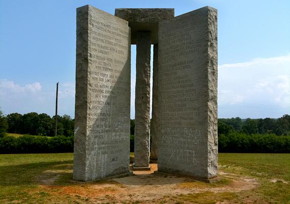 A Georgia Guidestones létrehozására egy R. C. Christian álnevet használó személy 1979-ben adott megbízást egy gránitmegmunkálással foglalkozó vállalatnak.