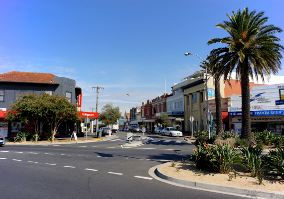 Sandringham 16 kilométerre található Melbourne üzleti központjától.