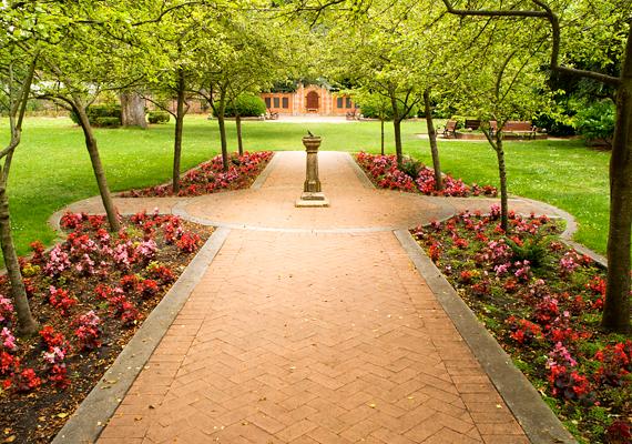 A Shakespeare-kert gyönyörű hely, nem véletlen, hogy az esküvői fényképezkedések kedvelt célpontja.