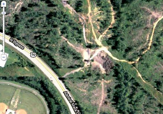 2010 júliusában Luther Blissett fedezte fel ezt az ijesztőnek tűnő rajzolatot a Google Earth térképén egy Atlanta melletti erdős területen. A sokak által manipulációgyanúsnak tekintett rajzolat azóta az antikrisztus arcaként híresült el. Ha szeretnél többet tudni, kattints ide! Ha pedig arra a magyar helyre is kíváncsi vagy, ahol állítólag Jézus arca jelent meg, kattints ide, és nézd meg!