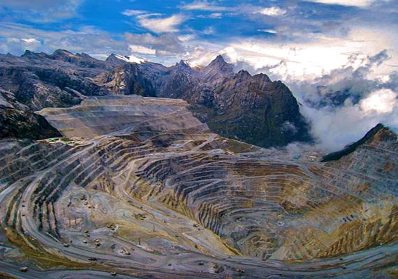A bánya 4300 méterrel a tengerszint felett, a Sudirman-hegységben található. Egy amerikai bányászati cég, a Freeport-McMoRan tulajdonában van.