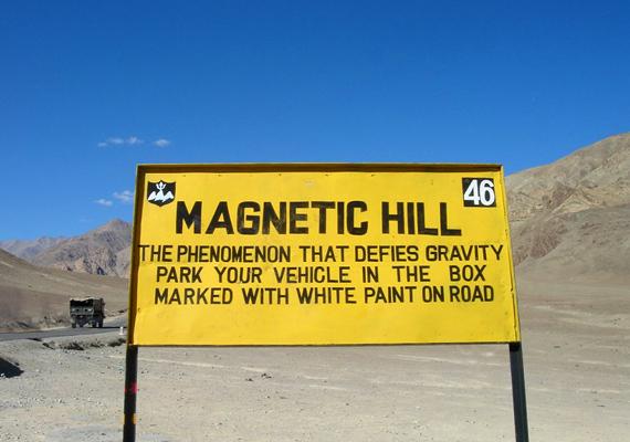 Indiában Ladakhtól nem messze is található egy mágneshegy. Az oda érkezők figyelmét arra hívják fel a képen látható sárga táblával, hol álljanak meg autójukkal, hogy észleljék a furcsa jelenséget.