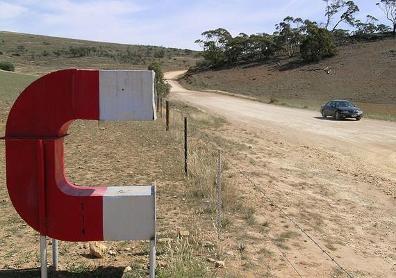 Dél-Ausztráliában, Orrorroonál a kengyelfutó gyalogkakukkos rajzfilmeket felidéző óriási mágnes jelzi a különleges pontot.
