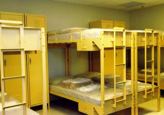A komplexum többek között hálóhelyiségeket, rádióállomást, konyhát, kórházat, valamint egy konferenciatermet is magában foglalt.
