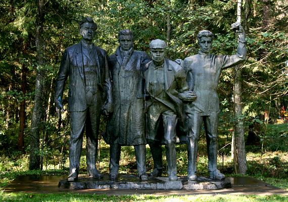 Hatalmas szobor a négy kommunistáról.