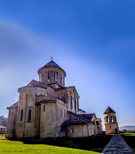 A híres Gelati kolostorA Kutaisziben található Gelati kolostort 1106-ban a grúz király, Dávid, az Építő alapította. A mai napig nagy tiszteletben álló király sírja is itt, a székesegyház déli végén, az egykori főbejáratnál található. Az volt ugyanis a népszerű uralkodó akarata, hogy olyan helyen pihenjen, ahol mindenki, aki meglátogatja a kolostort, átlépjen a sírján. A legenda szerint a sírkő is pontosan olyan magas, mint maga a király volt. Hosszú ideig a Gelati kolostor a legnagyobb oktatási és tudományos központként működött Grúziában.