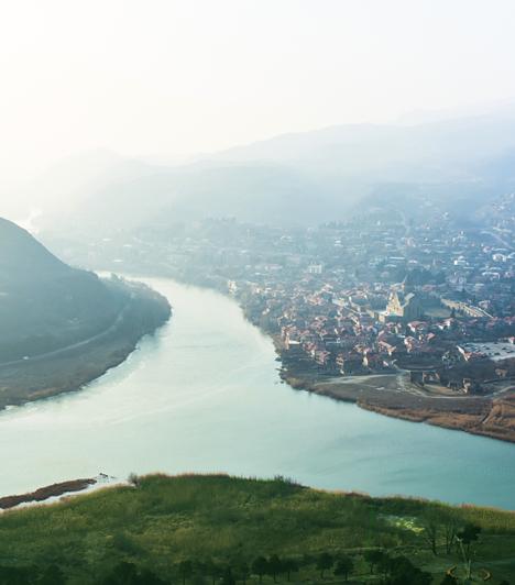 Mcheta, a ma is lakott ősi városMcheta az egyik legrégebbi, folyamatosan lakott város a világon. Jelenleg közel húszezer lakója van a városkának - két híres műemléke, a Szvetichoveli-székesegyház és a Dzsvari-kolostor a Világörökség része -, mely 2009-ben felkerült a veszélyeztetett világörökségi helyszínek listájára.