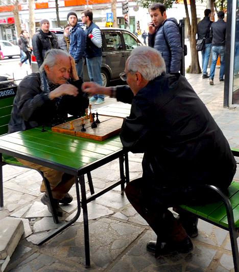 Kedvesség és nyugalom  A grúzok nemcsak vendégszeretetetükről híresek, de egymással is a legnagyobb barátságban élnek. Bár a történelem viharai ezt a kedves népet nem igazán kímélték, mégis optimizmusukat, életszeretetüket, a természet és az emberek iránti egészséges tiszteletüket a mai napig megtartották.