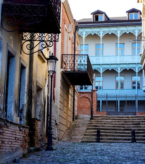 Romantika Tbilisziben                         Tbilisziben legalább két-három napot kötelező eltölteni egy grúz körút során. Nappal számtalan történelmi csodát és álomszép helyet mutat, éjszaka pedig a gyönyörű hangon éneklő grúzokkal, finom falatokkal és borokkal, romantikus kivilágítással kedveskedik. A régi vágású, csendes utcákon mindenhol szembejön a történelem, mecsetek, zsinagógák, művészeti galériák, apró presszók, elegáns éttermek és csodaszépen faragott erkélyekkel díszített házak váltják egymást.