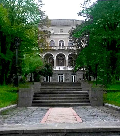 Ahol megállt az idő  Tskaltubo Nyugat-Grúzia fontos városa, ide mindenképpen érdemes ellátogatni, ha Kutaisibe érkezel. Az egykori Szovjetunió legkedveltebb gyógyüdülője volt, köszönhetően a meleg gyógyforrásoknak, a kristálytiszta levegőnek és a hatalmas erdőknek. 1940-től itt kényeztették magukat a tábornokok, a vezérkar tagjai, de nem véletlen, hogy ezen a festői helyen töltötte többek között Sztálin is a vakációit. A gyógyüdülőben a mai napig az egykori, a szocializmusra jellemző monumentális berendezések és terek között pihenhetsz, bár az igazsághoz az is hozzátartozik, hogy itt csakugyan megállt az idő, és az elmúlt évtizedekben semmilyen változás nem történt, így magad is egy igazi időutazáson vehetsz részt.