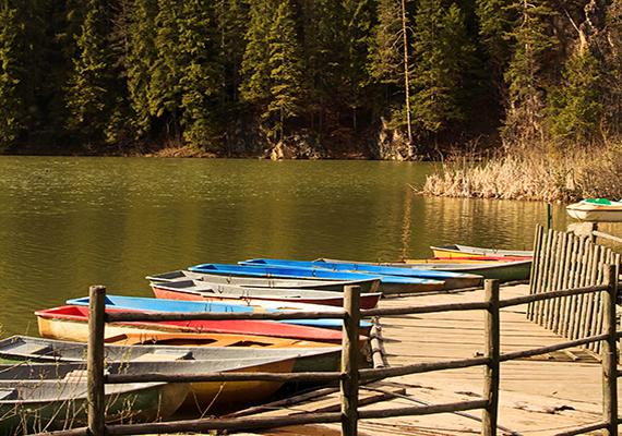 A környékbeli pásztorok a legenda szerint ezért nevezték el Gyilkos-tónak, Veres-tónak pedig azért hívják, mert állítólag időnként a legenda áldozatainak vére színezi különös árnyalatúra. Annak azonban, hogy a tó néha valóban furcsa, vöröses színezetet kap, a Vereskő-patak által nagy esőzésekkor kioldott vasokker az oka.