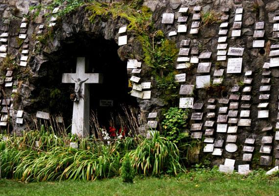 A Mátraverebély-Szentkút Nemzeti Kegyhely hazánk egyik leghíresebb csodatévő települése, melyet évente körülbelül kétszázezren keresnek fel. A gyógyító hely különlegesség XI. Kelemen pápa is elismerte. A képen a hálaadó táblák láthatóak.