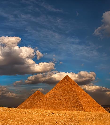 Gíza piramisai, EgyiptomA bolygónk torokcsakrájaként emlegetett egyiptomi Gíza titokzatos, rejtélyes módon keletkezett piramisai szintén a Föld egyik legnagyobb erőközpontjának területén foglalnak helyet, ami miatt nemcsak a történelmi látnivalókra, de a testi-lelki gyógyulásra vágyó turisták is előszeretettel keresik fel őket.