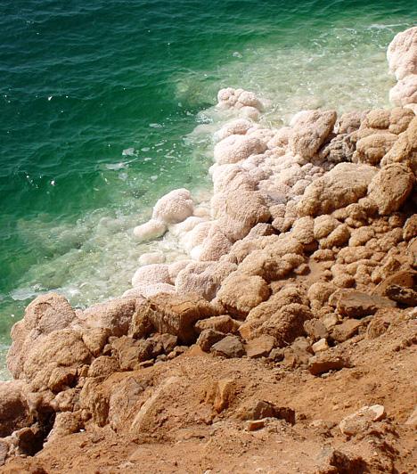 Holt-tenger, Izrael/Ciszjordánia/Jordánia                         A Holt-tenger valójában egy lefolyástalan tó, mely a víz magas sótartalmának köszönhetően élőlényektől mentes. A hely energiával tölti fel az utazót, a tó vize és iszapja pedig ásványi anyagokban igen gazdag.
