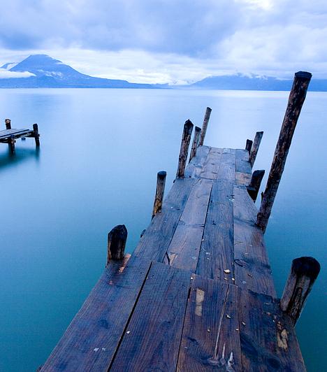 Lago Atitlán, GuatemalaDél-Guatemala ősi maja közösségeiről, aktív vulkánjairól, gyönyörű orchideáiról és a környék egyik legszebb, vulkáni eredetű taváról, a Lago Atitlánról híres, melynek környéke egyesek szerint hatalmas, gyógyító, harmonizáló energiákat rejt magában.