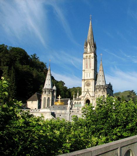 Lourdes, FranciaországA Délnyugat-Franciaországban található Lourdes a Mária-jelenésekről, illetve gyógyító erejéről híres. A forrása körül - a forrásvíz csodatévő erejében sokan hisznek -, valamint a barlangnál és a templom előtti téren történt gyógyulások összefoglalása a bazilika előtt téren meg is tekinthető.