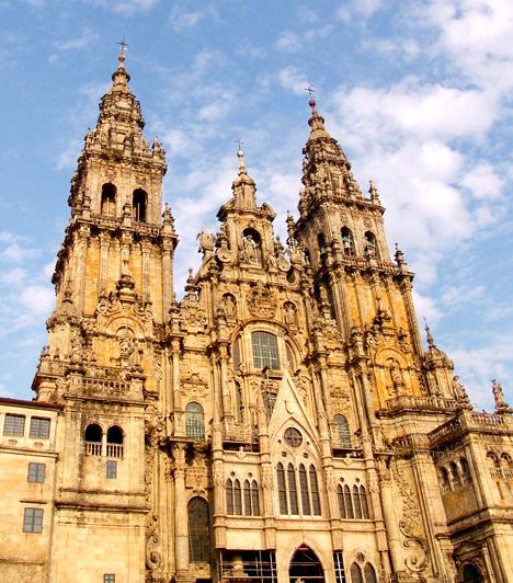 Santiago de Compostela, Spanyolország                         A Szent Jakab út a világ jelentős zarándokútja, melynek végállomása a csodatévőként ismert Santiago de Compostela temploma. Az útnak a vallásos embereken kívül azok a vándorok is nekivágnak, akik testi-lelki gyógyulásra vágynak, illetve arra, hogy megtalálják helyüket a világban.