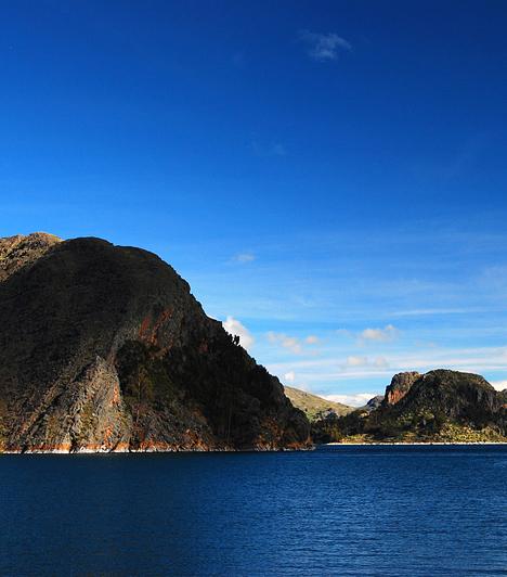 Titicaca tó, Peru/Bolívia                         Peru és Bolívia határán, az Andok magashegyei között található a világ legmagasabban fekvő hajózható tava, a Titicaca, melynek medrét a legenda szerint maga a lezuhanó Hold formálta. A különleges energiákkal rendelkező hely, melyet a világ szexcsakrájaként emlegetnek, a lehető legtökéletesebb pont a meditációra.                         Kapcsolódó cikk:                         Emberi csontokat találtak a tóban »