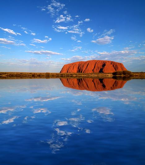 Uluru, Ausztrália                         Az ausztrál vörös hegy sokak szerint a világ közepe: Földünk napfonatcsakrájával esik egybe, és az őslakosok hiedelme szerint is mágikus erővel bír. Uluru bolygónk legnagyobb egybefüggő sziklatömbjeként a világ egyik legtitokzatosabb helye.                         Kapcsolódó cikk:                         Nézd meg az egyik legfurcsább természeti csodát! »
