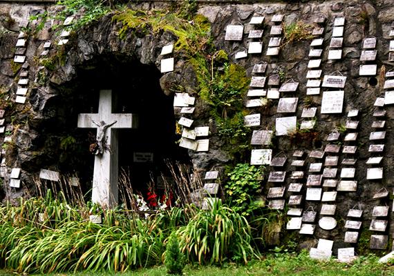 A kicsiny Nógrád megyei falu, Mátraverebély, illetve Mátraverebély-Szentkút az egyik legnépszerűbb zarándokhelynek számít hazánkban, évente több százezren látogatják meg vigasztalást, illetve segítséget keresve. A legenda szerint Szent László fakasztott itt forrást, és bár azóta is számos hozzá köthető csodát lejegyeztek, az egyik legelső az volt, mikor egy néma kisfiút gyógyított meg vize. Ha többet szeretnél tudni a helyről, és további képeket is megnéznél, kattints ide!