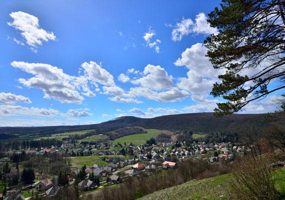 A Bakony a legszebb magyar tájegységek közé sorolható, Bakonybél pedig egy igazi gyöngyszem az itt található települések tekintetében. Nemcsak smaragdzöld mezőiről, hanem a környéken található kilátókról is híres, melyekről lélegzetelállító látvány nyílik a mesés tájra.
