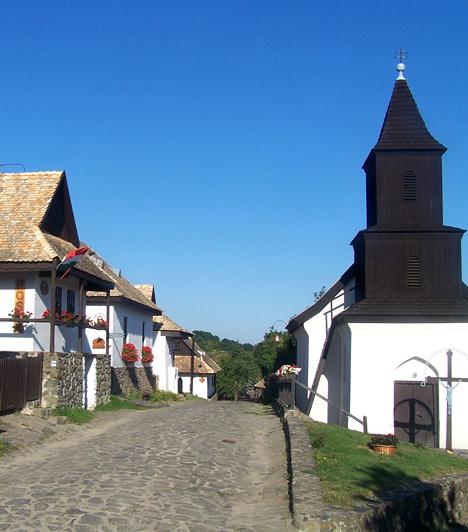 Hollókő  A Világörökség részét képező, világhírű magyar falu észrevétlenül vált múzeumfaluvá ugyanis lakói máig az autentikus, régi épületekben élnek és dolgoznak, emellett hagyományaik megőrzésére is nagy hangsúlyt helyeznek. A falu látványossága mindemellett a fölötte magasodó, legendás vár.  A képek az Országalbum.hu weboldalról származnak, akiknek ezúton is köszönjük a segítséget.