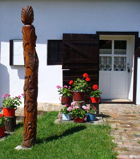 Zengővárkony  A Pécsvárad szomszédságában található, festői fekvésű falu népművészeti, környékét tekintve pedig természeti értékekben is gazdag, emellett valódi kuriózummal várja az idelátogatókat. Itt található ugyanis a híres Míves Tojás Gyűjtemény, melyben gondosan megmunkált és díszített fürj-, liba- és strucctojások is helyet kaptak.  Kapcsolódó cikk: A legviccesebb magyar falunevek »