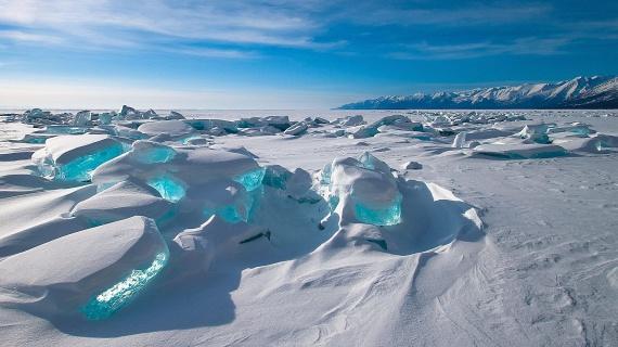 Szibéria déli részén, a Bajkál-tónál láthatóak ezek a monumentális, tündöklő jégkockák, amiket a szél és a fagy alakít ki. Amikor a napfény átvilágít rajtuk, óriási kék gyémántként tündökölnek a tó felszínén.
