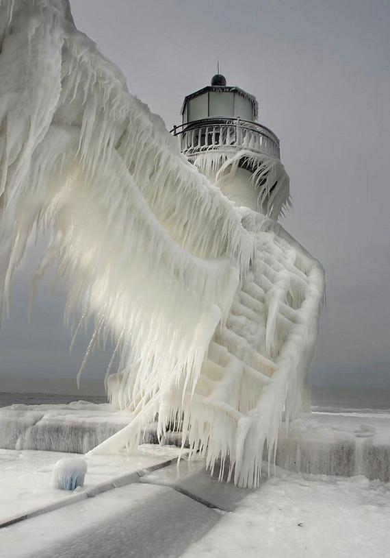 A Michigan-tó partvidékén található ez a meseszépre fagyott világítótorony. Olyan, mintha a Trónok harca egyik fantáziadús díszlete lenne Északon, a Falnál, melyet Havas Jon őriz.