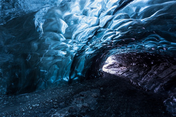 Izlandon olyan jégbarlangok vannak, melyekhez foghatót máshol nem nagyon látni. A Vatnajökull gleccser alatt jégbarlangokat vájt ki a csontig hatoló szél és a mozgó gleccserekből lecsorgó víz.