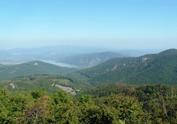 A túraútvonal egyik legpopulárisabb helye a Dobogókő, melyről gyönyörű panoráma nyílik a Pilisre, a Visegrádi-hegységre, sőt, a Duna völgyére is. Mindemellett a legenda szerint itt található a Föld szívcsakrája is. A titokzatos energiájáról ismert hegységről itt számoltunk be korábban részletesen.