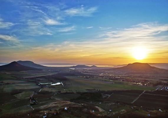 A balatoni túraszakaszok a mesebeli Káli- és Tapolcai-medencét érintik, ahol a rengeteg nyugtató táj mellett a három-négy millió évvel ezelőtt zajló vulkáni tevékenység nyomait is megtaláljuk, mégpedig a képen látható Balaton-felvidéki tanúhegyeken, így például a Tóti-hegyen, a Szent György-hegyen, a Gulácson és a Badacsonyon. A térségben több útvonalszakaszt is figyelmedbe ajánlunk: a Keszthely-Tapolca, a Tapolca-Badacsonytördemic és a Badacsonytördemic-Nagyvázsony közti résztúrák is fantasztikusak. Nem mellesleg tele van a környék jobbnál jobb pincészetekkel is, ami szintén óriási csáberőt jelenthet.