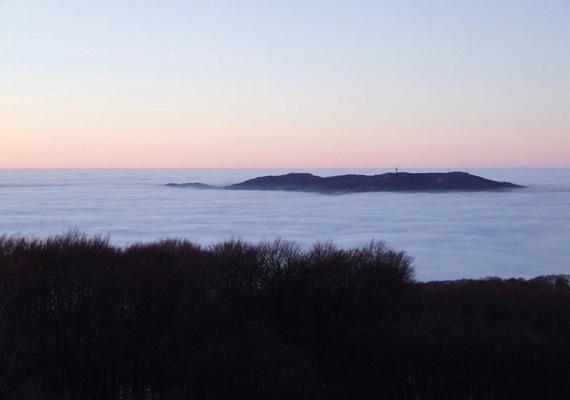 Ha szerencséd van, télen akár ehhez hasonló látványban is részed lehet a Kékesen. Úgy néz ki, mintha a Galyatető a felhők fölött lebegne, pedig a csodás természeti jelenség annak köszönhető, hogy a ködréteg felső határa nem éri el a hegytetőt. Hát nem meseszép? Ide kattintva egy remek blogbejegyzésben egy egész kis galériát végignézhetsz a jelenségről.