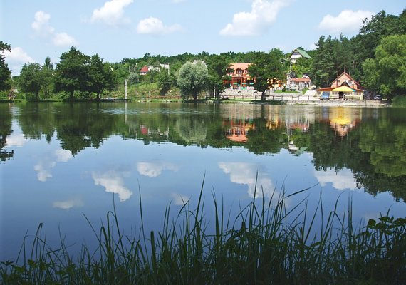 A Gyári-tó a Bükk-hegység szívében fekszik, Bélapátfalvához szintén nagyon közel. Az állóvíz mellett hatalmas zöldterület található, így akár napfürdőzhetsz, sportolhatsz, vagy közös főzőcskézésbe is kezdhetsz a kijelölt helyeken.
