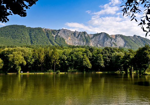 A Bélapátfalva mellett található Lak-völgyi tó erdőkkel körülvett, hegyi víztükör, melyet hatalmas rétek határolnak. A tökéletes romantikus piknik helyszíne.